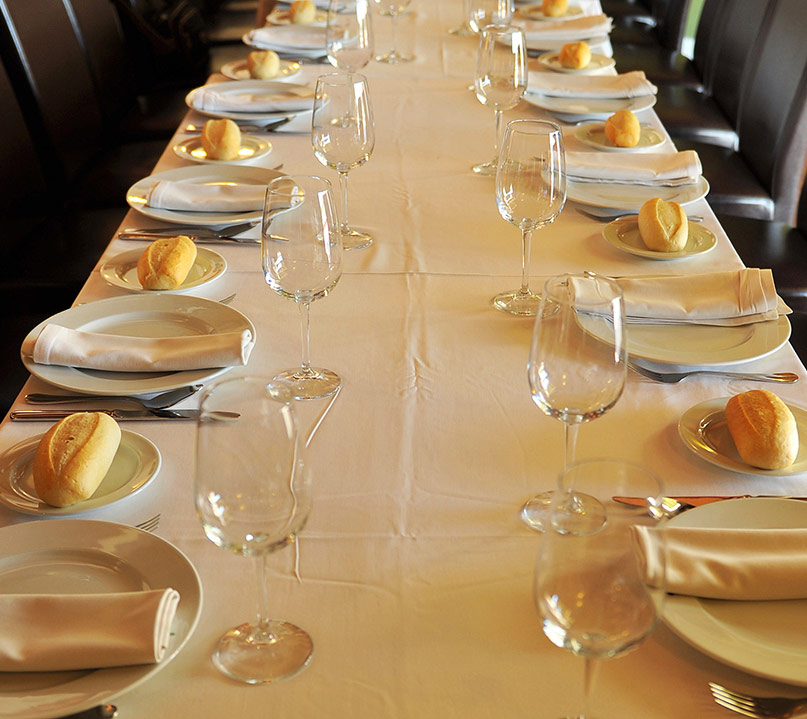 mesa con platos preparados