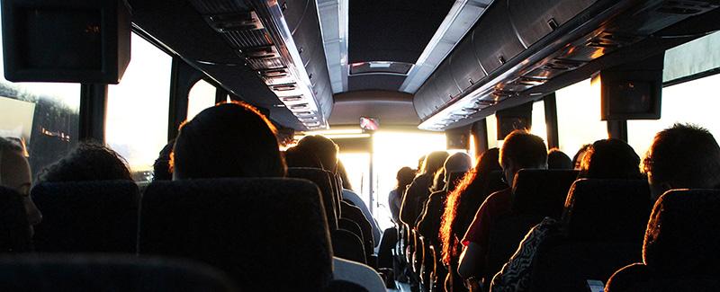gente dentro de un autobus